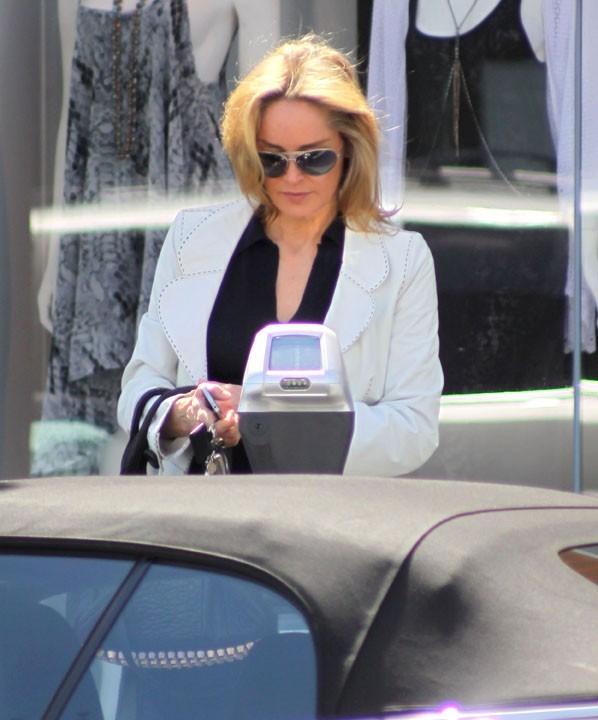 Même une égérie Dior doit payer le parcmètre !