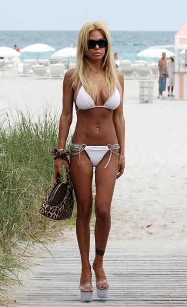 Pâle copie de Brigitte Bardot dans son bikini blanc. En mars 2010, à Miami Beach.