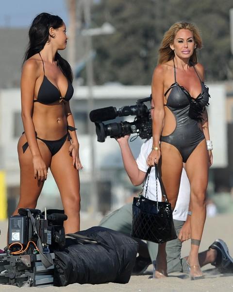 """Shauna Sand et Nabilla Benattia sur le tournage de """"Hollywood Girls 3"""" à Los Angeles, le 13 août 2013."""