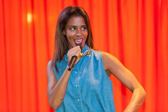 Shy'm sur la scène du Virgin Megastore des Champs-Elysées à Paris, le 5 juillet 2012.