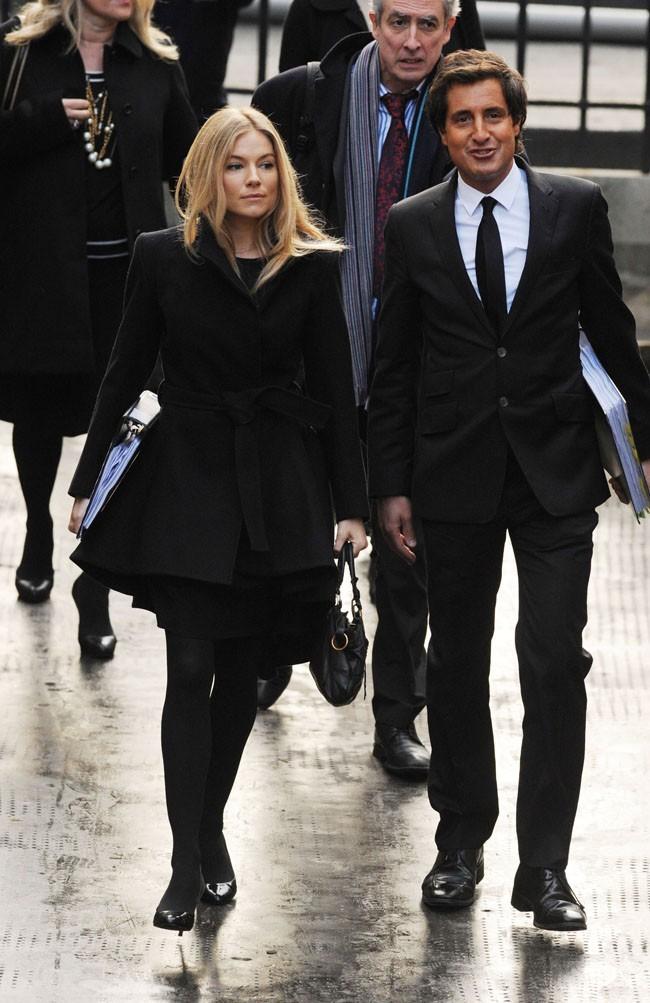 Un look sage pour témoigner devant la Cour royale de justice de Londres