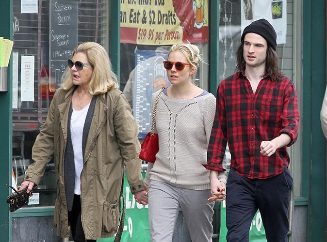 Sienna Miller : en balade à New-York, elle est accrochée aux mains de sa mère et de Tom Sturridge !