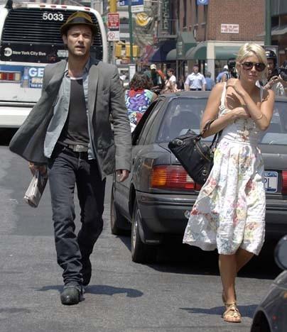 Sienna Miller et Jude Law en balade sur Washington Square Park à New York, le 22 juin 2006.