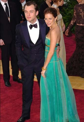 Sienna Miller et Jude Law lors de la soirée Vanity Fair Post Oscars Party à Los Angeles, le 29 février 2004.