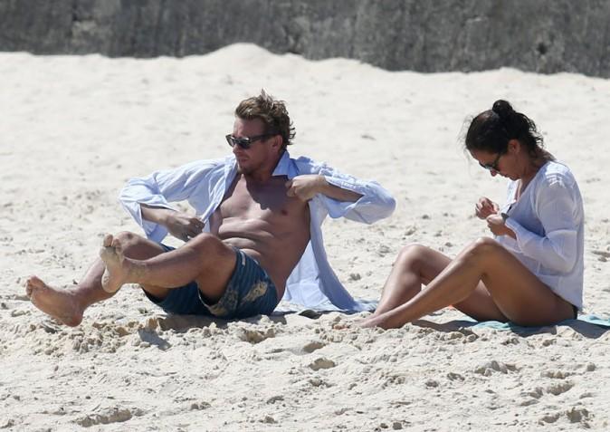 Simon Baker sur la plage de Bondi, à Sydney, avec sa femme Rebecca le 16 décembre 2013