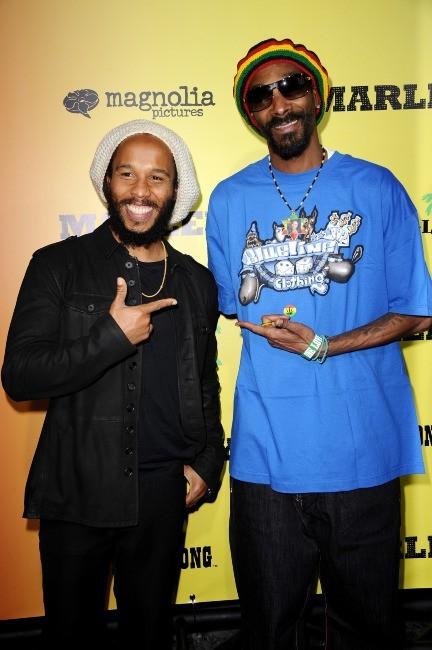 """Ziggy Marley et Snoop Dogg lors de la première du film """"Marley à Los Angeles, le 17 avril 2012."""