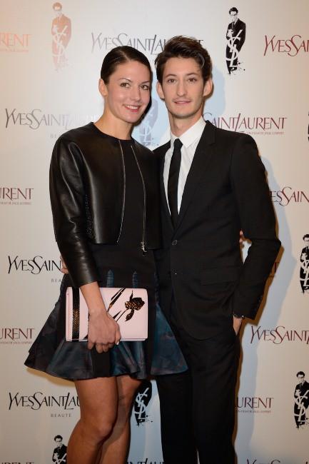 """Pierre Niney et Natasha Andrews lors de la première du film """"Yves Saint Laurent"""" à Paris, le 19 décembre 2013."""