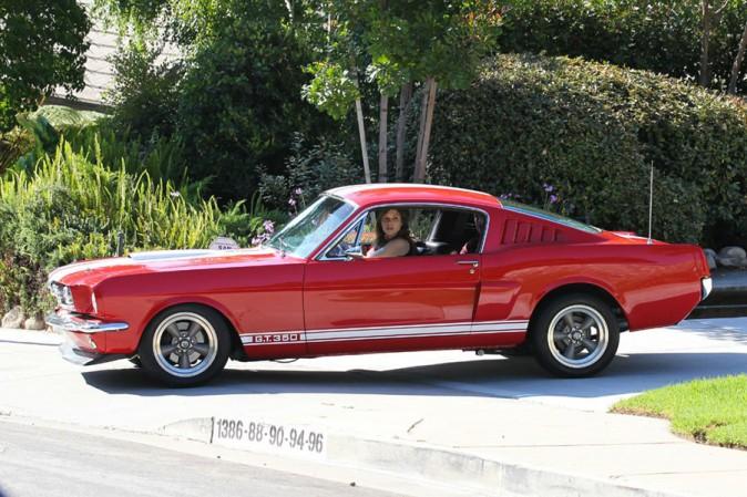 Sophia Bush à la sortie de chez elle avec sa Mustang toute neuve le 24 juillet 2013