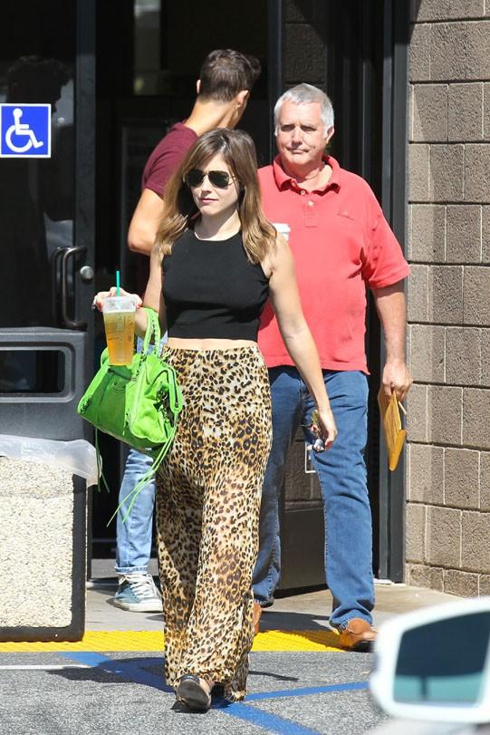 Sophia Bush avec sa Mustang toute neuve à Pasadena le 24 juillet 2013