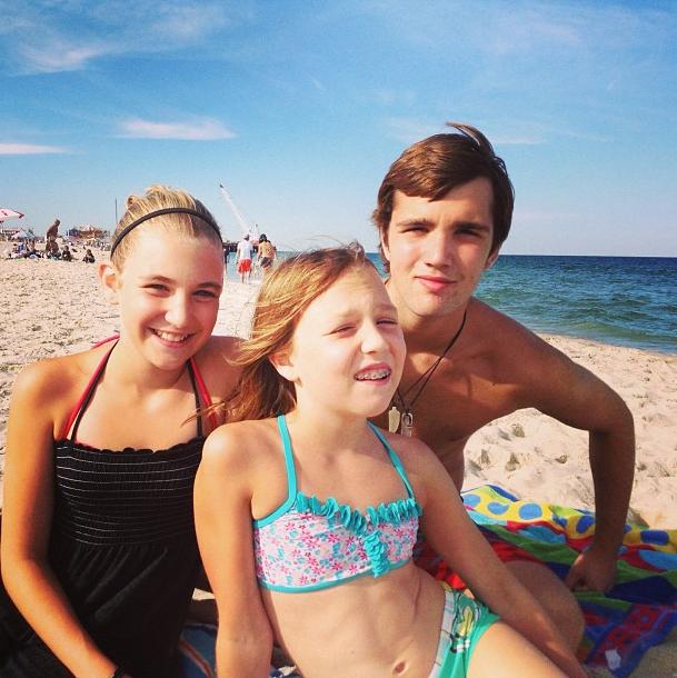 Sophie Nélisse avec sa petite soeur Isabelle et leur grand frère !