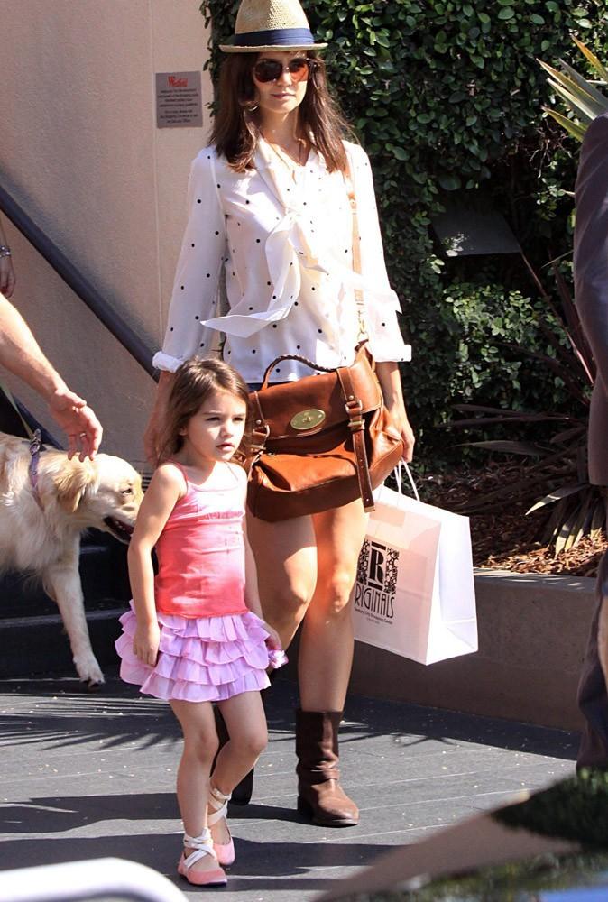 En jupe à volants et ballerines rose, Suri Cruise a l'air d'une petite poupée !