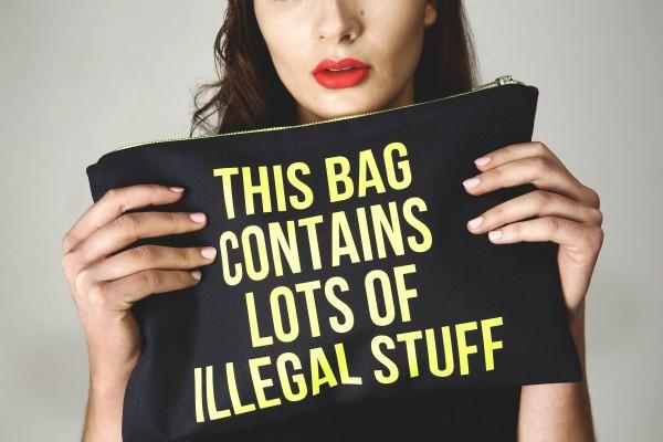 """La pochette """"Illegal""""."""