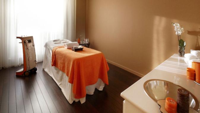 Un massage, un soin visage et un soin beauté des mains et des pieds au spa L.Raphaël de l'hôtel Martinez