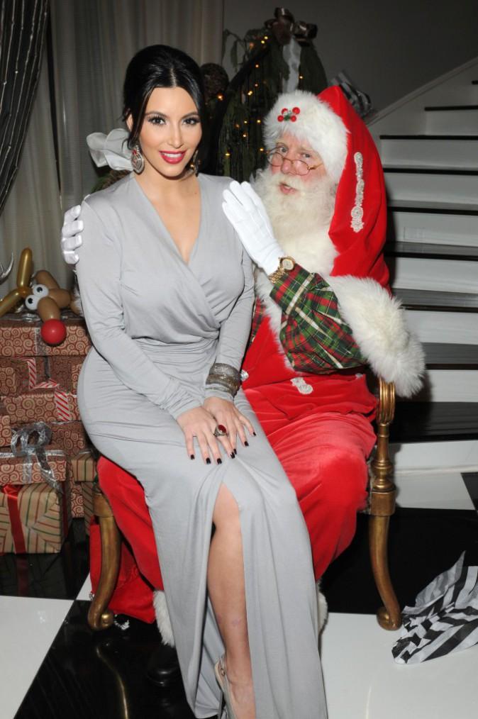 La bombe Kim Kardashian retrouve le père Noël en décembre 2011