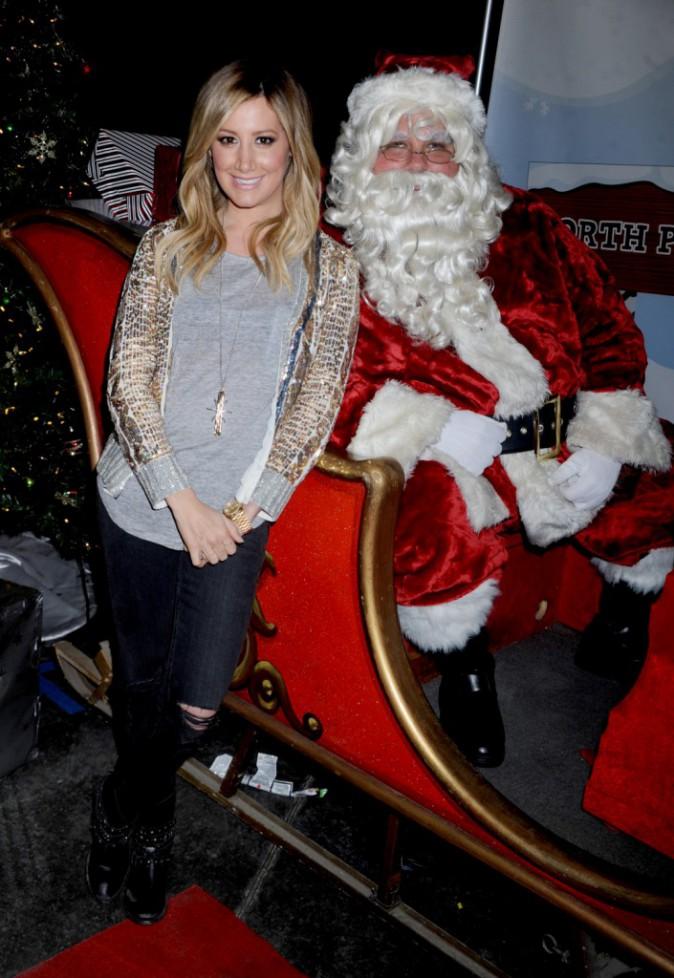 Qu'elle est mimi notre petite Ashley Tisdale avec le père Noël le 26 décembre 2012