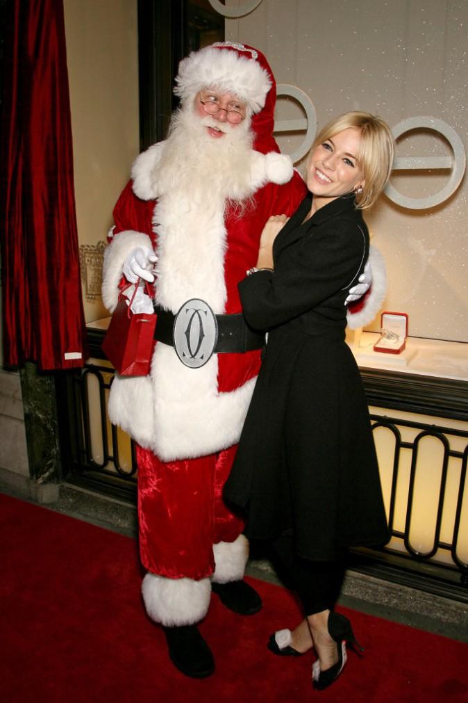 Sienna Miller charmante à souhait aux côtés du père Noël