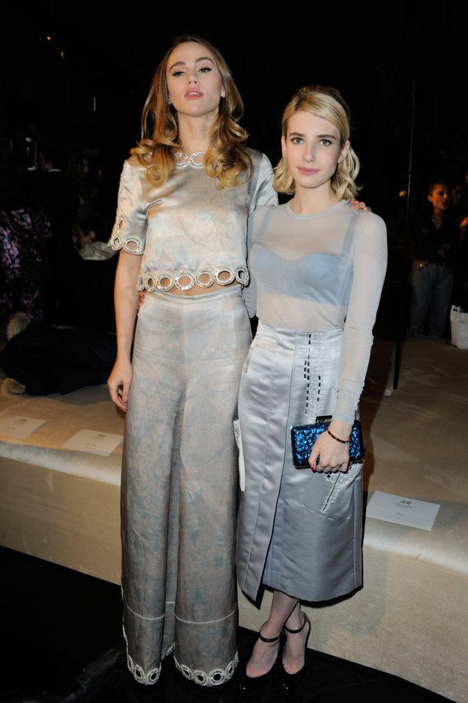 Suki Waterhouse et Emma Roberts copinent en lamé à Paris