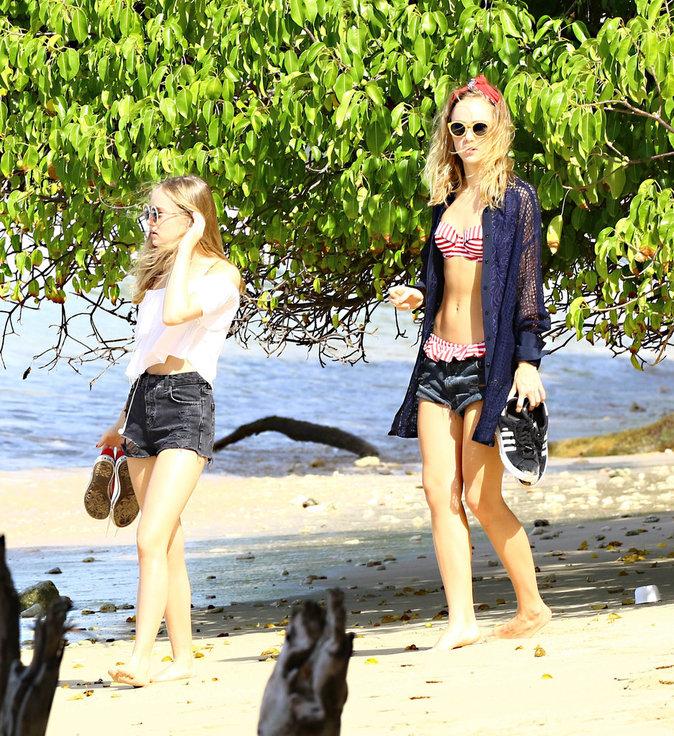 Photos : Suki Waterhouse : sexy à la plage avec sa petite soeur !