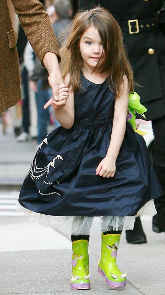 Suri Cruise en 2009 : ses petites bottes lui donnent des ailes !