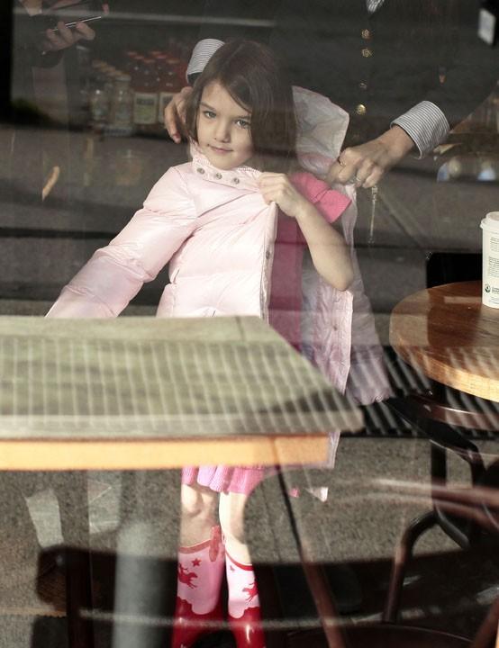 Elle veut enlever sa doudoune rose comme une grande !