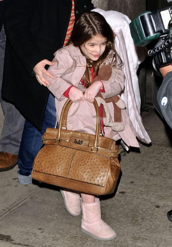 Suri Cruise porte même parfois le sac de sa maman...coquette, va !