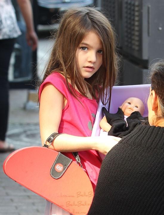 Suri Cruise rend visite à son papa Tom Cruise sur le tournage du film One Shot à Pittsburgh, le 6 octobre 2011.