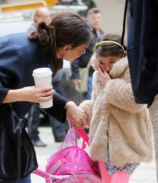 La jolie maman se met en quatre pour consoler sa fille
