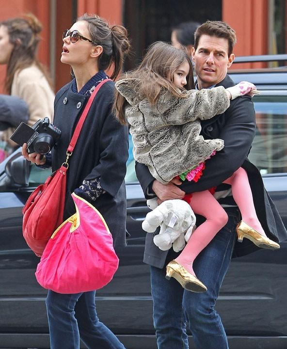 Super lookée dans les bras de son papounet !