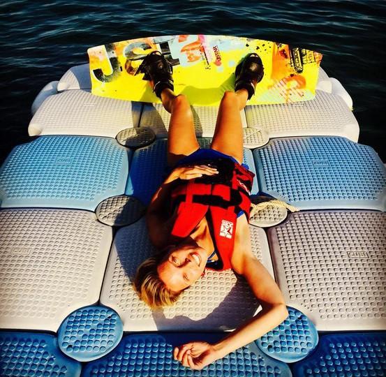 Sylvie Tellier au mode wake-board !