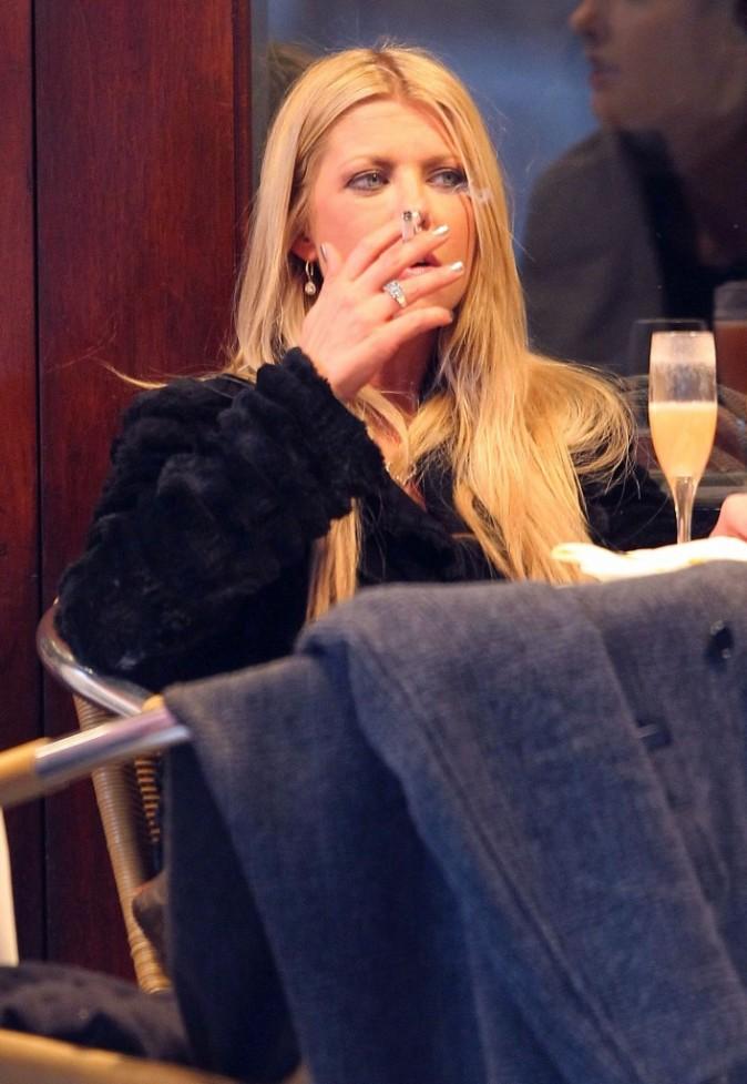 La cigarette, accessoire indispensable de Tara...