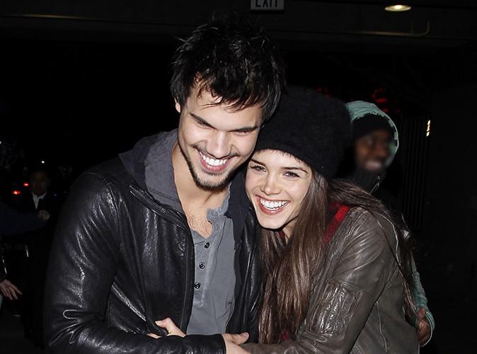 Taylor Lautner et Marie Avgeropoulos à Los Angeles le 9 décembre 2013