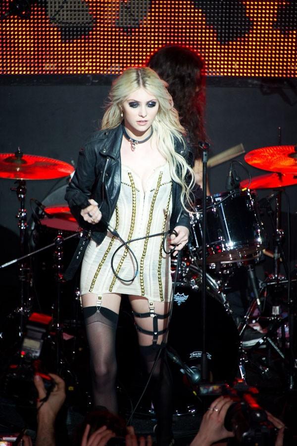 Regardez sa combi-corset !