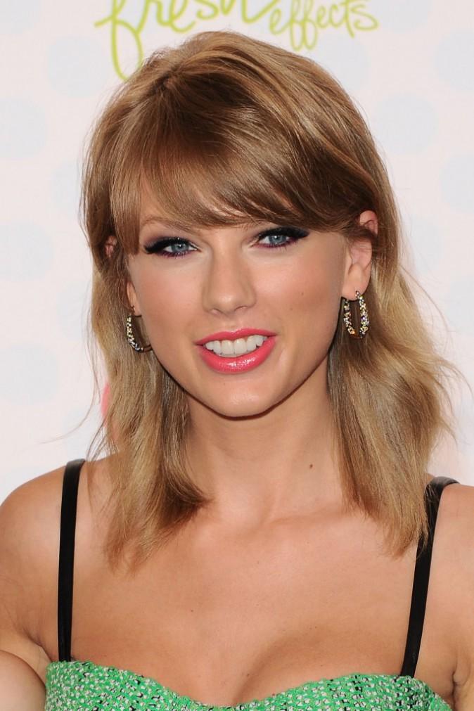 Taylor Swift : découvrez son look pétillant aux Teen Choice Awards 2014 !