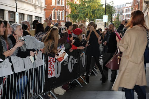 Photos : Taylor Swift : jamais sans ses fans, elle se fait assaillir à Londres !