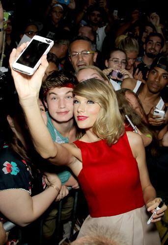Taylor Swift à la première de The Giver au Ziegfeld Theatre à New York, avec ses fans