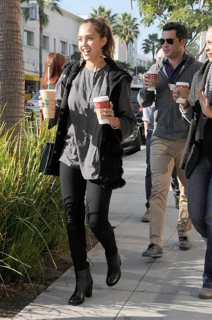 Jessica Alba a fait les courses, puis est passée se réconforter au Starbucks !