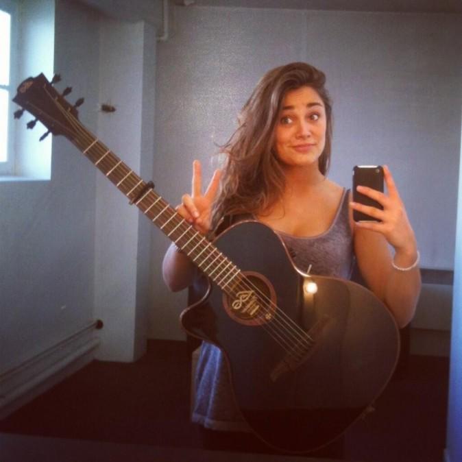 Laura Chab' toujours guitare à la main !