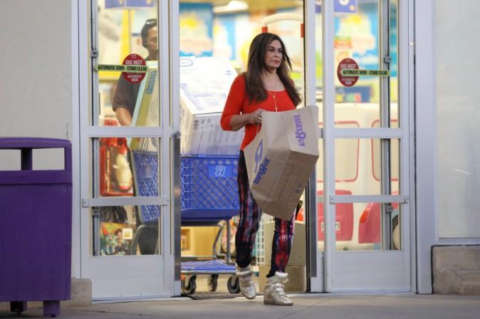 Tina Knowles : en vir�e shopping avec son boyfriend, la m�re de Beyonc� fait le plein de cadeaux dans un magasin pour enfants !
