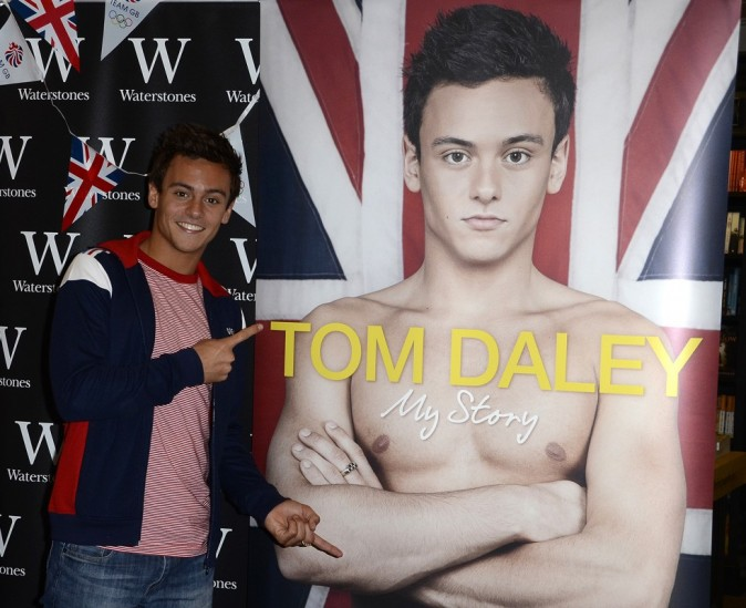 Tom Daley célèbre son succès en Angleterre !