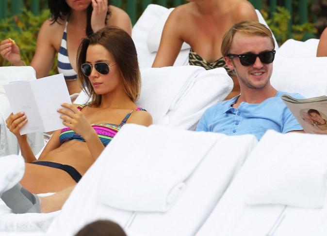 Tom Felton et sa copine à la piscine