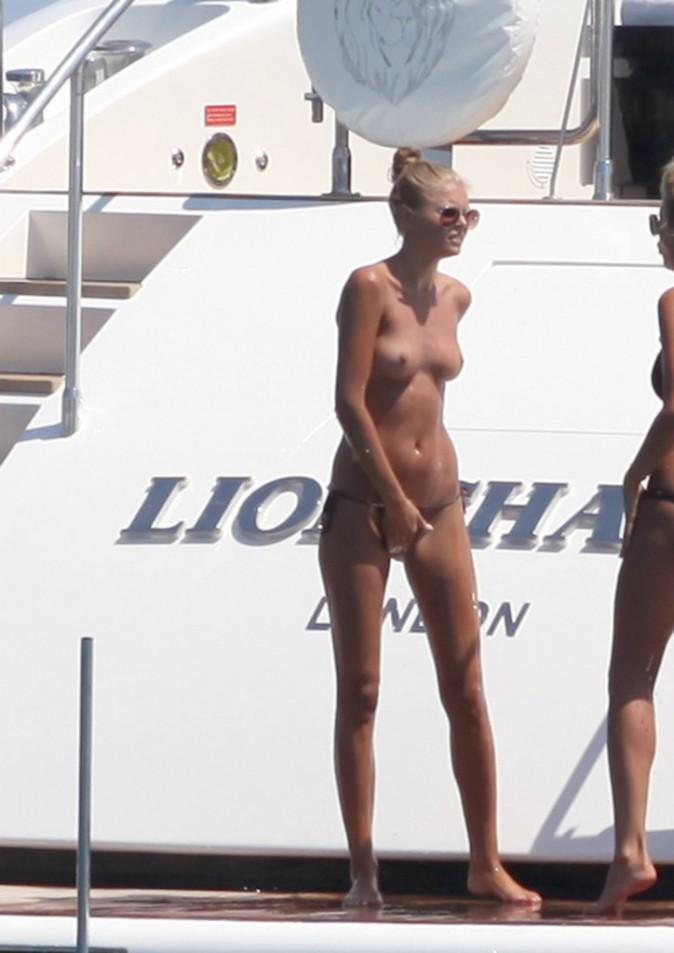 Toni Garrn topless le 27 juillet à Formentera