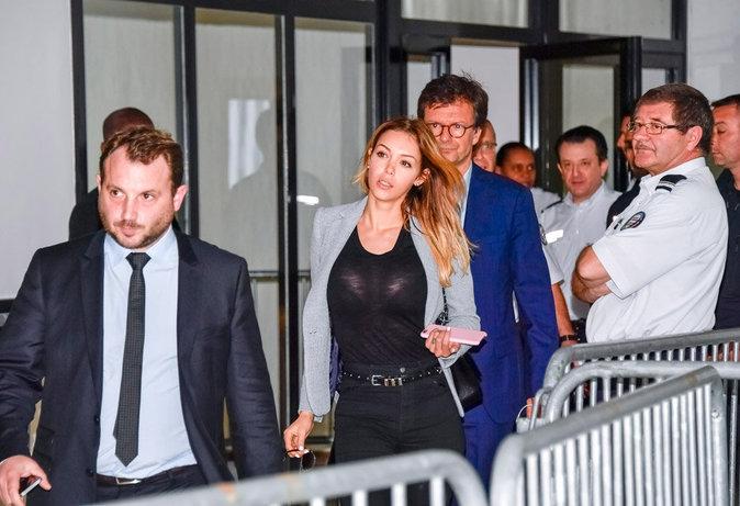 Nabilla Benattia arrive au tribunal
