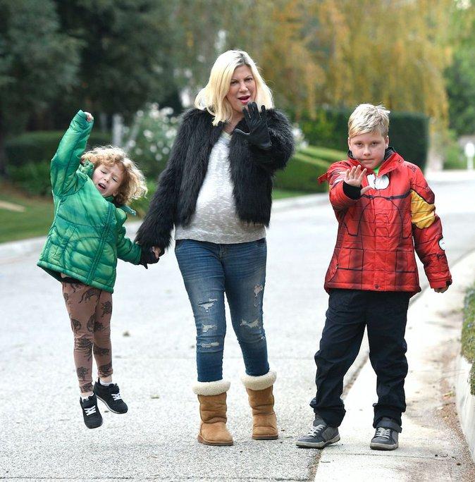 Tori Spelling : baby-bump apparent pour une promenade en famille !