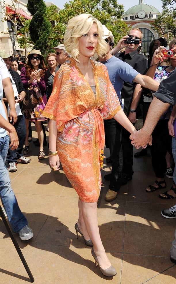 Jolie robe d'été...qui cache ses seins pour une fois !