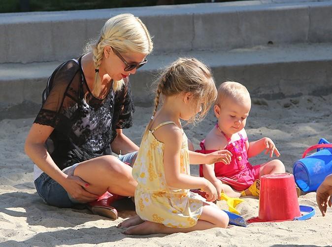 Tori Spelling et ses filles, Stella et Hattie, à Malibu le 21 avril 2013