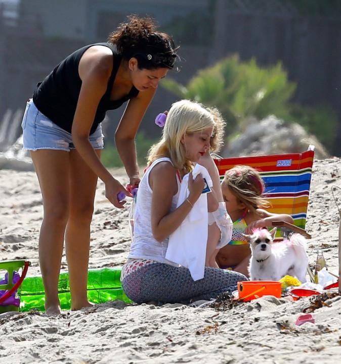 Tori Spelling et ses enfants sur la plage à Malibu, le 30 juillet 2014.