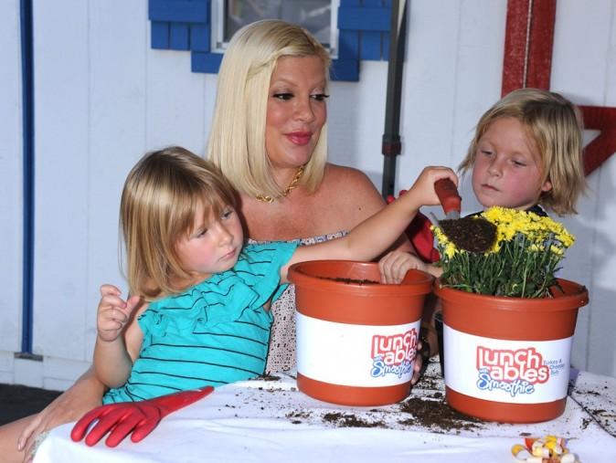 Tori Spelling et ses petits Liam et Stella le 28 août 2012 à Los Angeles