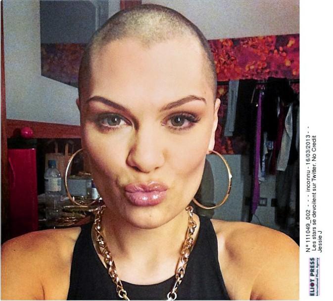 10/10 pour la boule à zéro de Jessie J sur Twitter. On est fan de l'audace.
