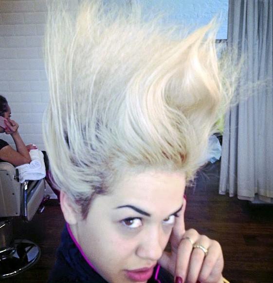 Dans l'hair du temps ! Rita Ora innove capillairement... Bientôt au casting des Dragon Ball Z?