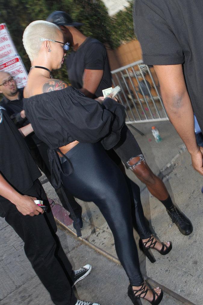 Ultra sexy et tout en noir, Amber Rose expose son camel toe !